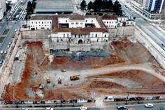 Construção do Shopping Curitiba em 1996 foto aerea da escavação do terreno.