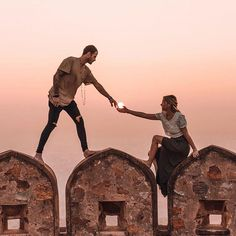What are your dream top honeymoon destinations? Check the post for the best honeymoon spots! Wedding Couple Poses Photography, Couple Photoshoot Poses, Mehendi Photography, Photography Ideas, Pre Wedding Shoot Ideas, Pre Wedding Photoshoot, Best Honeymoon Spots, True Love Photos, Voyager Loin