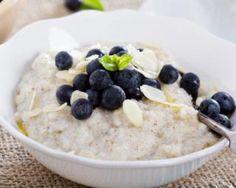 Porridge diététique myrtilles-amandes : http://www.fourchette-et-bikini.fr/recettes/recettes-minceur/porridge-dietetique-myrtilles-amandes.html