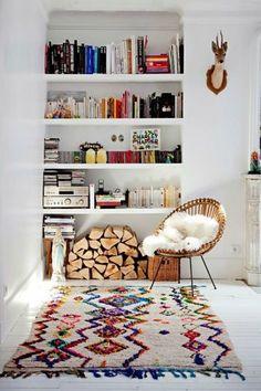 Coin lecture cosy et coloré, avec un tapis boucherouite (secret-berbere.com).