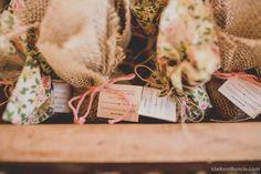 Vamos terminar a nossa semana com um casamento lindo e cheio de amor, o casamento da Fernanda e Guilherme. Eles escolheram um domingo de manhã para se casarem e fizeram desse domingo o mais especial da vida deles! Foi uma cerimônia leve e uma festa descontraída, com música e comida boa, e o melhor de ...
