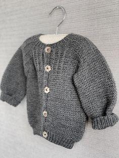 Ravelry: Spirrevip pattern by Pia Trans Baby Cardigan, Diy Crochet Cardigan, Ladies Cardigan Knitting Patterns, Chunky Cardigan, Cardigan Outfits, Baby Knitting Patterns, Crochet Pattern, Outfit Jeans, Drops Design