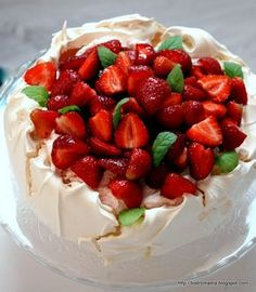 bistro mama: Pavlova z mascarpone i truskawkami Cake Recipes, Snack Recipes, Cooking Recipes, Snacks, Bistro Food, Polish Recipes, Polish Food, Strawberry Cakes, Food Cakes