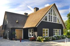 Presolid Home , 'Warm' in alles - Eigenhuisbouwen. Scandinavian Home, Nordic Home, Home Focus, Villa, Dark House, Archi Design, European House, Wooden House, Classic House