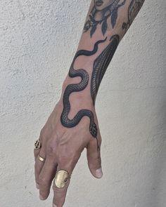 Amazing Snake Tattoo Designs - Wormhole Tattoo 丨 Tattoo Kits, Tattoo machines, Tattoo supplies Leg Tattoos, Body Art Tattoos, Tribal Tattoos, Sleeve Tattoos, Cool Tattoos, Tattoo Arm, Flower Tattoos, Tatoos, Cobra Tattoo