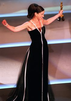 Ms. Brockovich-- err, Roberts- in a vintage Valentino at the 2001 Academy Awards! Classic style, classic woman!
