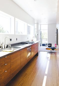 A prefab house thats both stylish and sustainable. Love the natural light flooding the room. Kitchen Interior, Kitchen Design, Kitchen Decor, Wooden Kitchen, Prefab Homes, Modular Homes, Loft, Minimal Kitchen, Stylish Kitchen