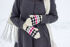 neulotut marilapaset marimekko kirjoneule marisukat khadin lankalabyrintti Knit Mittens, Mitten Gloves, Knitted Hats, Marimekko, Knitting Accessories, Diy Crochet, Diy And Crafts, Embroidery, Stitch