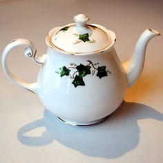 Colclough Ivy Leaf bone china Teapot 8143 pattern 1 3/4 pint with original lid