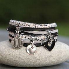 """Bracelet liberty cordon soie et tissu 2 tours _ breloque """" love """" sequin nacre et coeur emaillé_ noir, blanc, argenté"""