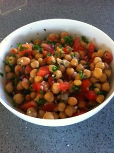 Chickpea salad (low GI) - Passionate about cooking, I am interested in the principle of low glycemic index (GI) and my recipe - Healthy Breakfast Recipes, Healthy Drinks, Healthy Eating, Caesar Salat, Caprese Salat, Salad Dressing Recipes, How To Cook Quinoa, Vegan Dinners, Food Inspiration