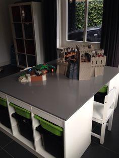 Opruimen en opbergen van speelgoed: overzichtelijk en handig opbergsysteem met bakken. Speelhoek en bureau in één.