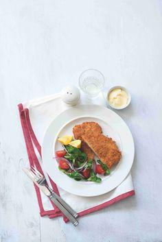 Řízek nemusíte nutně podávat s bramborami nebo bramborovým salátem... Prospívá mu i společnost lehkého salát z polníčku, rajčat a červené cibule!