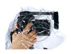 Proteja su cámara con esta funda de plástico impermeable. Protege una cámara SLR o DSLR de la lluvia y la nieve, así como contra el polvo, la arena y otros factures ambientales. Cubre la cámara con una funda plástica transparente y desde la parte superior, por lo que el operador puede coger la cámara por la parte inferior, quedando cámara y manos protegidas de la lluvia.