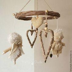 Купить или заказать Ангелы прилетели Куклы текстильные в интернет-магазине на Ярмарке Мастеров. Ангелы Есть! Вот прилетели два )) Ангелы сшиты из ткани, одежда из хлопка с вышивкой, крылышки - трикотаж, капрон В руке у каждого ангела сердечко, у девочки - ажурное, у мальчика - сердечко-рамка, открывается - можно вставить фото дорогого человека. Есть петелька для подвешивания, можно повесить в детской над кроваткой ребенка Подарок на День Ангела Подарок на День Святого Валентина Подарок…