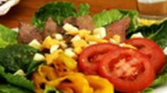 Nikki Shaw for the Kraft Kitchens shows how to make a quick and easy grilled steak salad. Grilled steak, yellow peppers, romaine lettuce, sliced tomatoes and crumbled cheese. Quick, easy and delicious! Healthy Foods To Eat, Healthy Cooking, Healthy Recipes, Free Recipes, Grilled Steak Salad, Suddenly Salad, Salad Recipes Video, Salad Wraps, Easy Salads