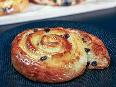 Swirly, buttery, flaky spirals filled with crème pâtissière and currants! Follour our easy recipe with a step-by-step, illustrated method for foolproof results. Pastry Recipes, Baking Recipes, Dessert Recipes, Gourmet Breakfast, Breakfast Cake, Breakfast Recipes, Pain Aux Raisin Recipe, Pain Aux Raisins, Raisin Recipes