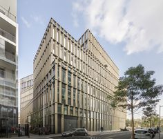 Studioninedots heeft in samenwerking met Ateliers 115 het ontwerp gemaakt voor het nieuwe hoofdkantoor van de Boursorama Banque in Boulogne-Billancourt in Parijs. Het bankgebouw valt op door het su…