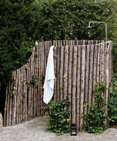 Leuke natuurlijke doucheplek  Also a good screen for a fence around hot tub.