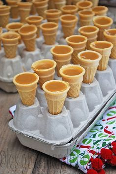 MINI-CORNETS À L'ÉRABLE, how to keep ice cream cones standing up when cooking, preparing or getting ready to decorate for a party or event Mini Desserts, Just Desserts, Dessert Recipes, Canadian Food, Canadian Cuisine, Sweet Recipes, Fudge, Sweet Treats, Food And Drink