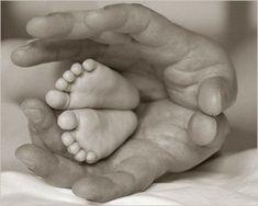 belle image main et pied de bébé                              …
