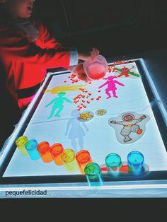 Hoy voy a enseñarte un montón de ideas y materiales que usamos en casa para aprender, jugar y experimentar con la mesa de luz.   ... Reggio Emilia, Sensory Art, Light Board, Play Spaces, Head Start, Light Table, Recycling, Activities, Education