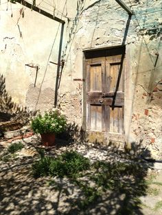 I love the doors of the old houses and villas in Italy....Calenzano , Italy