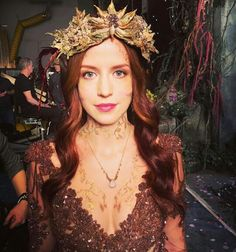 Seelie queen in Shadowhunters Tv Show, Shadowhunters The Mortal Instruments, Post Apocalyptic Fashion, Queen Outfit, Queen Makeup, Queen Costume, Fairy Makeup, Queen Hair, Shadow Hunters