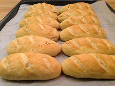 Gyerekek nagyon szeretik a zsemlét, ma egyszerű kenyértésztából vágott zsemlét sütöttem. Kívül ropogós, belül puha,