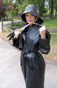 Adele,black mac and rubber gloves. Plastic Raincoat, Pvc Raincoat, Rain Hat, Rain Boots, Adele, Imper Pvc, Black Mac, Black Raincoat, Rain Fashion