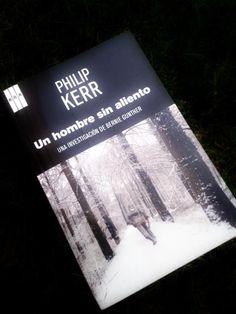 Un hombre sin aliento de Philip Kerr (Edimburgo, 1956)  El detective Bernie Gunther se enfrenta, esta vez, a un asesinato en masa... una fosa común con más de 4000 oficiales polacos descubierta en el invierno de 1942 en plena II Guerra Mundial. Y hasta aquí puedo leer...