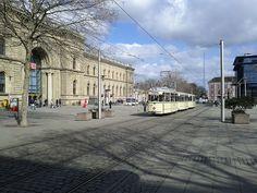 Historische Straßenbahn vor dem Hauptbahnhof Magdeburg - Historic tram outside the station Magdeburg