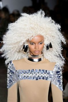 With hair like that, you NEED a pair of gargantuan earrings and a larger-than-life collar necklace. Check out this show-stopping look from The Blonds' NYFW 2017 show. B Fashion, New York Fashion, Vintage Fashion, Womens Fashion, Fashion Trends, Fashion Jewelry, Lady Lovely Locks, Summer Accessories, Fashion Lighting