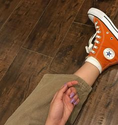 𝒅𝒂𝒑𝒉𝒏𝒆 & 𝒗𝒆𝒍𝒎𝒂 Source by Jadeevelynt Fashion outfits Sock Shoes, Cute Shoes, Me Too Shoes, Looks Style, Style Me, Orange Converse, Converse High, Sup Girl, Aesthetic Shoes