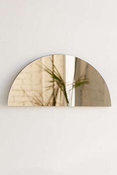 Spiegel in grüner Halbkreisform