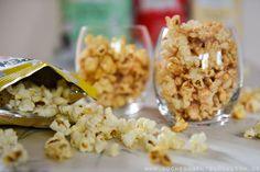 Popcorn und Antioxidantien?  Popcorn selbstgemacht ist besser als sein Ruf. Allerdings nur, wenn es nicht in Fett ertränkt wird. US-Chemieprofessor Joe Vinson fand heraus,  dass in Popcorn ebensoviele gesunde Antioxidantien stecken wie in Früchten und Gemüse. Das ist doch mal was! Wer also gern etwas in die Luft jagen möchte, darf zu Mais greifen. Der Duft von frischem Popcorn lässt mich sofort an Kinoabende denken…am liebsten mit Salz und Butter. Wobei die Butter dann ja wohl wieder nicht…