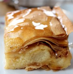 Galakto… was? Galaktoboureko. Das ist ein griechisches Dessert mit Filoteig und Grießpudding, gekrönt mit süß-zitronigen Sirup, eine Offenbarung für alle, die es richtig süß mögen. Ich habe d…
