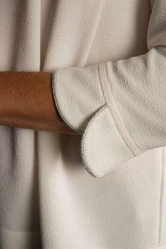 Kurti Sleeves Design, Sleeves Designs For Dresses, Dress Neck Designs, Sleeve Designs, Diy Couture, Couture Tops, Techniques Couture, Sewing Techniques, Kurta Designs