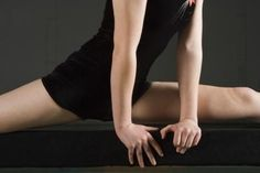 How to train your body to do the splits in 4 weeks. I've needed to retrain myself how to do this!