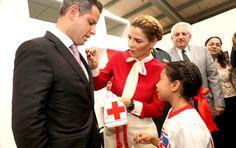 El Gobernador Alejandro Murat y la Presidenta Honoraria de la Cruz Roja Mexicana en el Estado de Oaxaca, Ivette Morán entregaron tres cheques