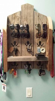 12 DIY Sunglasses Holders To Keep Your Sunnies Organized – DIY Ideas DIY Organizer. Use upcycled pallet wood to make this organization center. My next pallet wood project. Just need to get some coat hooks, wire, etc. Wooden Pallet Projects, Wooden Pallets, Wooden Diy, Pallet Wood, Palet Projects, Pallet Patio, Outdoor Pallet, Cool Wood Projects, Pallet Diy Decor