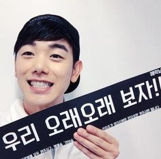 Eric Nam Shares A Photo Of Himself Holding A Panel With Message For Fans - http://imkpop.com/eric-nam-shares-a-photo-of-himself-holding-a-panel-with-message-for-fans/