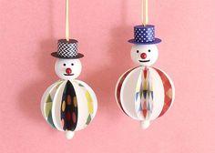 『木と紙のゆきだるまオーナメント』をつくろう! | くふうのたまご Handmade Christmas Tree, Christmas Origami, Christmas Paper Crafts, Christmas Tree Ornaments, Christmas Decorations, New Year's Crafts, Diy And Crafts, Christmas Design, Christmas Fun