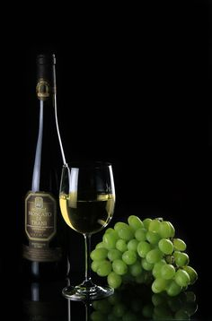 National Moscato Day was created in 2012 by Gallo Family Vineyards to celebrate Moscato wine. Learn more about this wine and what it pairs well with. Cabernet Sauvignon, Malbec, Sauvignon Blanc, Chenin Blanc, Wine Wallpaper, Softbox Lighting, Photos Free, Moscato Wine, Wine Painting