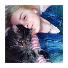 Девушки с котами