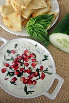 Dip de yogurt & pepino con granada y tostadas de pan pita www.pizcadesabor.com