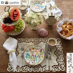 """""""A Ju também já começou o ano com o pé direito e com mesa linda!✨✨✨ #Repost @jupallos with @repostapp. ・・・ Bom dia especial para o 1º fim de semana do…"""""""