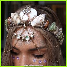 10 ideias de tiaras diy para o Carnaval 2020 - Pra Quem Tem Estilo Best Picture For DIY Hair Accessories packaging For Your Taste You are looking for something, and it is going to tell you exactly wha Diy Hair Accessories Easy, Halloween Bonito, Seashell Crown, Look Star, Mermaid Crown, Fantasy Makeup, Tiaras And Crowns, Pretty Pastel, Halloween Makeup
