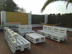 ¿A quién no le gustaría ahora mismo estar en un espacio como este? Pallet Furniture, Outdoor Furniture Sets, Terrazas Chill Out, Pallets Garden, Outdoor Chairs, Outdoor Decor, Diy Garden Decor, Beach Art, Backyard