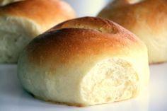 Milchbrötchen Zutaten 230 ml Milch 1/2 Würfel Hefe 600 g Mehl 70 g Zucker 1/2 TL Salz 2 Eier (Größe M) 125 g weiche Butter